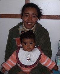 """Una mam� y su beb�, que fueron ayudados por """"Madrinas por la vida""""."""