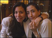 Ingrid Betancourt con su hermana Astrid durante la entrevista con la BBC.