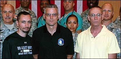 Marc Gonsalves, Keith Stansell y Thomas Howes junto al personal militar estadounidense que particip� en su traslado
