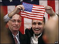 Thomas R. Howes y Marc D. Gonsalves levantan una bandera estadounidense