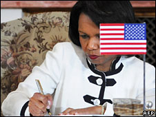 Condoleezza Rice signs the agreement in Prague, 8 July 2008