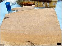 Piedra inscrita que supuestamente data del siglo primero antes de Cristo.