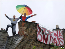 Fathers 4 Justice protest on Harriet Harman's roof