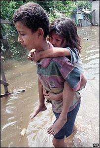 Alberto Natividad, de 11 años, lleva a su hermana a cuestas en una comunidad inundada en Nicaragua tras el huracán Mitch