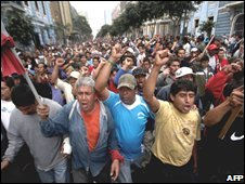 Construction workers march in Lima, 09/07