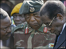 Central Intelligence Organisation head Happyton Bonyongwe (l); army chief Constantine Chiwenga (c) and President Robert Mugabe (r)