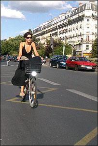 Parisina en bicicleta Vélib