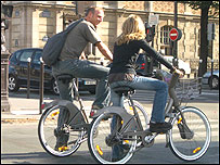 Pareja montando bicicletas Vélib
