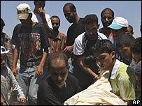 Familiares entierran a joven palestino muerto por tropas israelíes