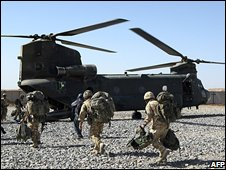 British troops board a helicopter in Afghanistan (17 May 2008)