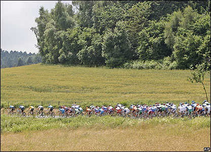 The bulk of the field pursue a breakaway group
