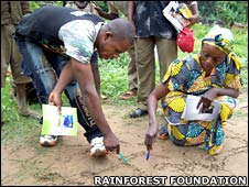 Drawing maps of forest areas in mud in Bandundu Province, DRC