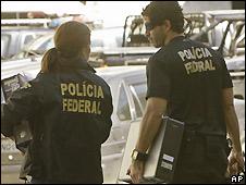 Brazilian police with evidence seized in corruption investigation - Rio de Janeiro, 8/7/2008