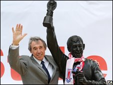 Gordon Banks with the statue