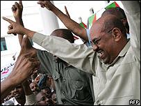 Presidente sudan�s Omar al Bashir durante las manifestaciones a su favor este domingo.