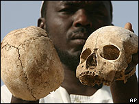Sobreviviente de Darfur Occidental muestra esqueletos en un pueblo de Mukjar