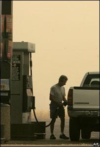 Conductor llenando el tanque de gasolina