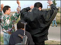 قوات الأمن تفتش جزائريين