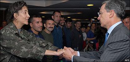 Ingrid Betancourt saluda a Álvaro Uribe horas después de su liberación