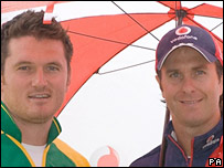 England's Michael Vaughan (r) and South Africa's Graeme Smith