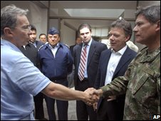 President Alvaro Uribe (l) and Gen Freddy Padilla