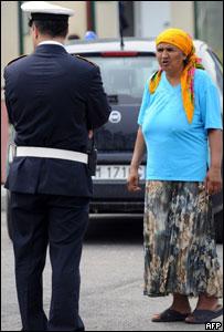 Policía habla con una mujer gitana en Roma