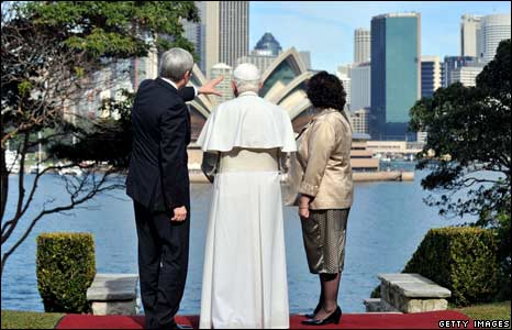PM Kevin Rudd points to the Opera House as the Pope and Mrs Rudd look on