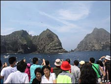 Korean sightseers tour the disputed islands on Wednesday