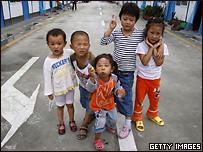 Китайские дети прибывают в провинции Сычуань