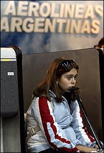 Una pasajera frente al mostrador de Aerolíneas Argentinas
