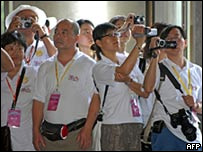 Turistas toman fotos en Taipei, en 4 de julio de 2008