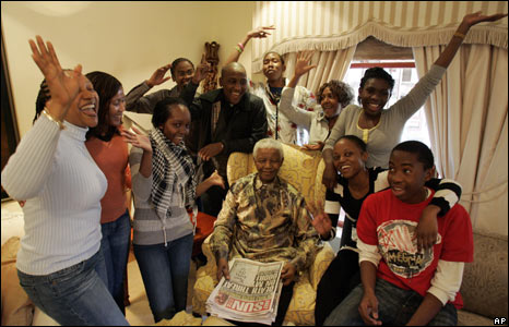 Nelson Mandela poses with his grandchildren, at his home in Qunu, South Africa, 18/07/08