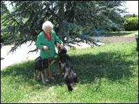 Mar�a Amelia L�pez, bloggera a los 96 a�os, con sus dos perros