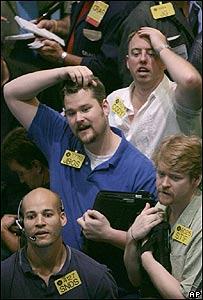 Comerciantes de petr�leo reaccionan en la Bolsa Mercantil de Nueva York ante la noticia de un atentado contra un oleoducto en Nigeria, 18 de julio, AP