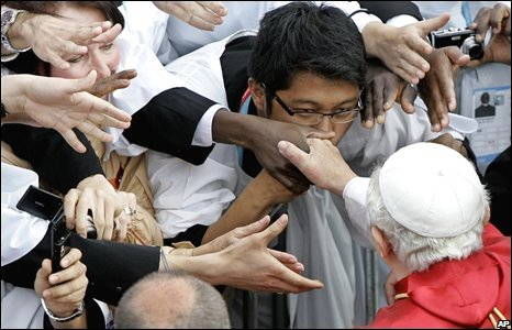 Pope Benedict shakes hands with pilgrims in Sydney, 20/07