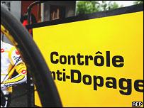 Велогонщик у автобуса антидопингового контроля велогонки 'Тур де Франс' (архивное фото)
