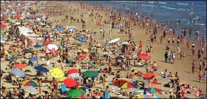 Playa con gente tomando el sol