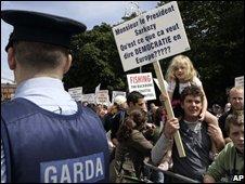 Protesters await President Nicolas Sarkozy in Dublin, 21/07/08