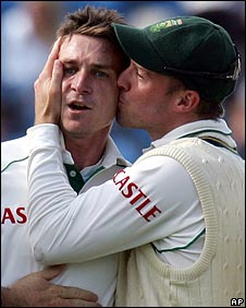 Dale Steyn gets a kiss from AB de Villiers
