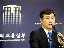 Lee Jeong-Gwan, South Korea's director general for consular affairs, announces the release