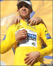Carlos Sastre takes the leader's yellow jersey
