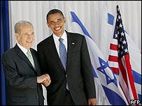 Obama se saluda con Shimon Peres el 23 de julio