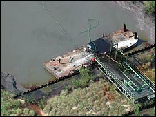 A barge stealing crude [photo courtesy of legaloil.com]
