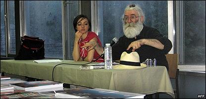 Radovan Karadzic, disfrazado, da una conferencia.