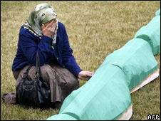 A woman weeps during a mass funeral for Muslim Bosniaks killed at the beginning of the Bosnian war (23/07/08)