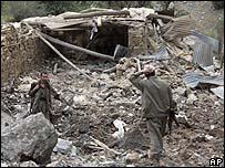 آثار غارة تركية على موقع للمتمردين