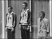 Пловцы на пьедестале почета на Олимпиаде в Москве