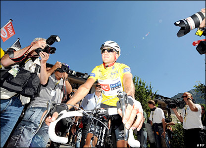Spain's Carlos Sastre sets off in the yellow jersey