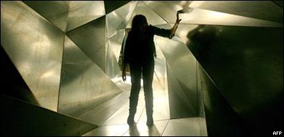 Imagen humana desapareciendo en una escultura