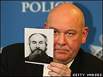 El inspector Tony Hutchinson de la polic�a brit�nica muestra una foto de Darwin